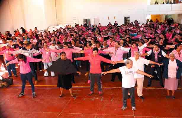 Cientos de mujeres se pronuncian para combatir el cáncer de mama