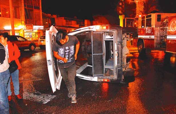 Se pasó el alto, Urvan embestida por camioneta; 12 lesiuonados