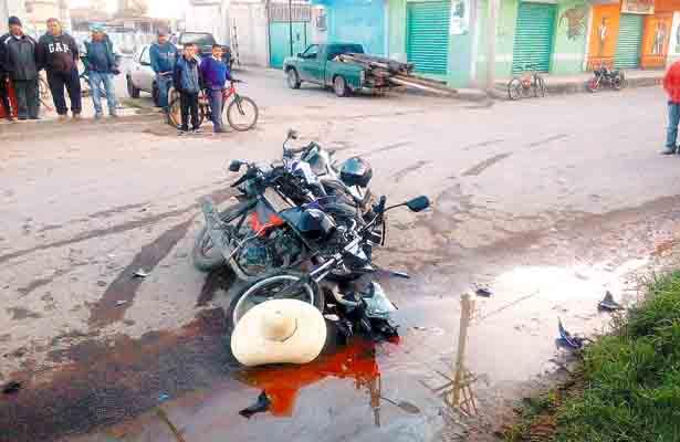 Chocan en sus motos; uno, grave