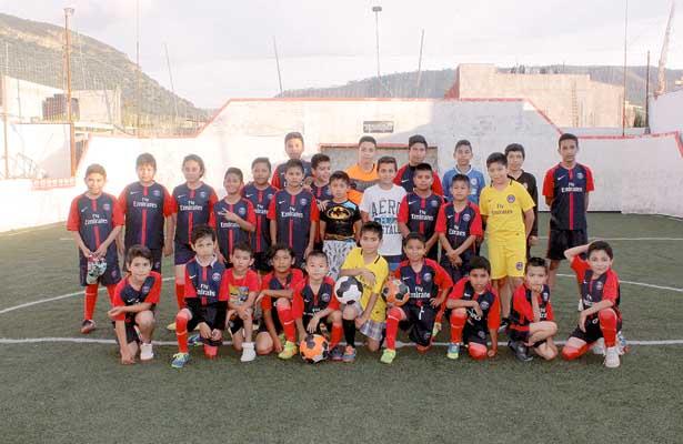 Aprenden futbol  en Napateco