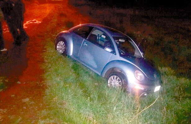 Pierde control de su Beetle  y sale de carretera: ilesa