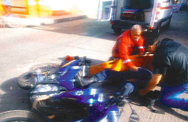 Auto atropella a policía en moto