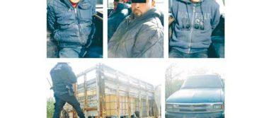 Arrestados por llevar  camioneta y gasolina