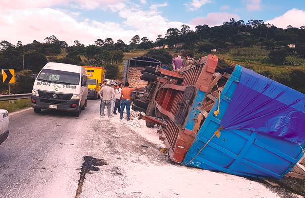 Volcó tráiler con cal: percance en la carretera federal México-Tuxpan