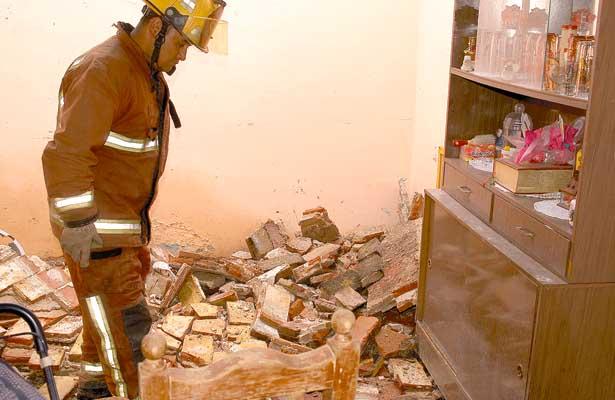 Se desplomó techo de antigua vivienda, en la calle Molino del Rey