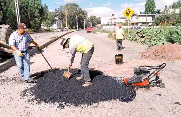 Trabajos de bacheo  en 5 kilómetros  de vía estatal