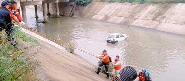 Se abrió cofre de su auto y cayó al canal