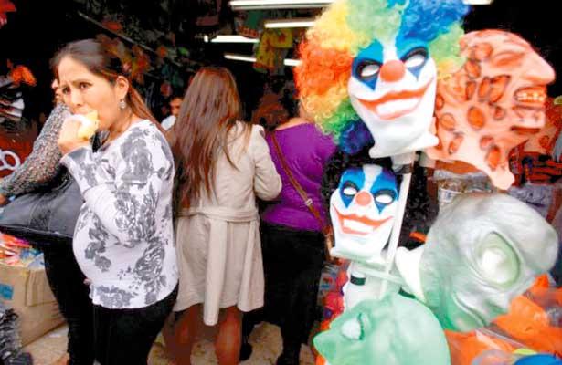 Ofrecen mercancía de Halloween en negocios