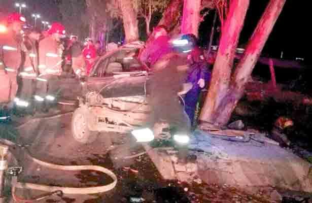 Auto se estampa vs  árbol: muere mujer, sobre el bulevar Hidalgo-Zapata