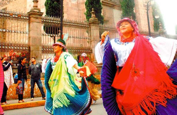 Colorido desfile alusivo al folklore