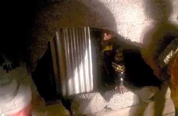Jetta choca contra muro de una escuela y huye