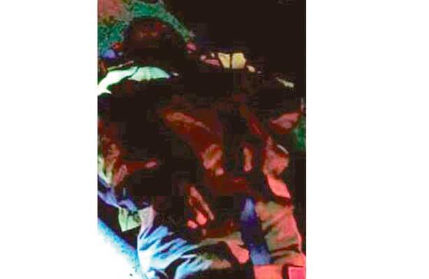 Taxi rosa colisionó con motocicleta;  tres lesionados y daños materiales