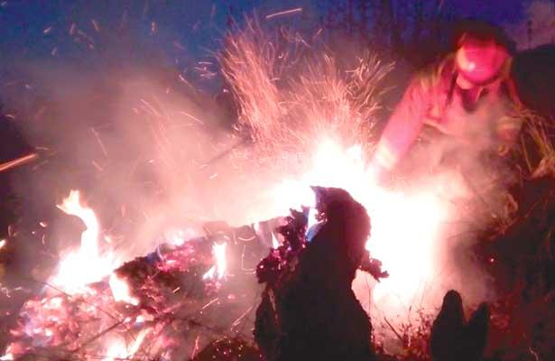 Jóvenes causaron incendio en cerro, los vieron prendiendo hierbas