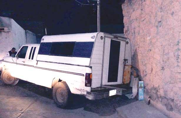 Chocan camioneta vs pared y la abandonan