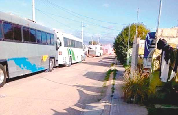 Ocupan calles para aparcar autobuses