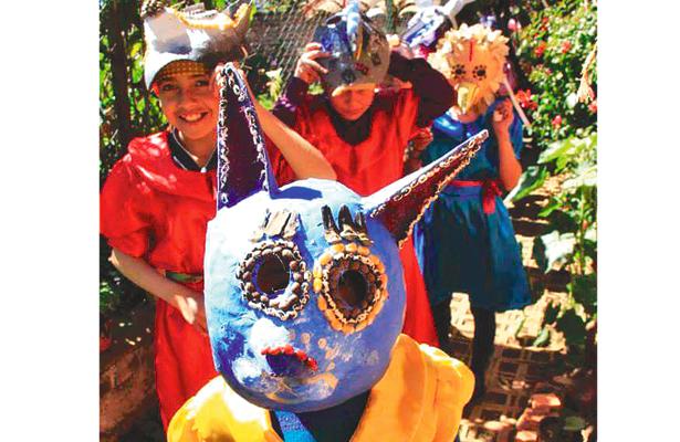 Imparten taller de máscaras artesanales