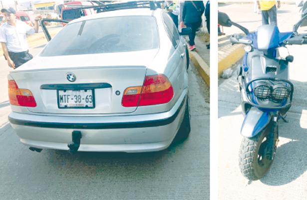 Pareja y menor heridos al chocar auto y moto