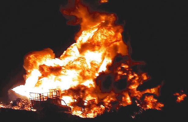 Arden toma ilegal  y dos camionetas