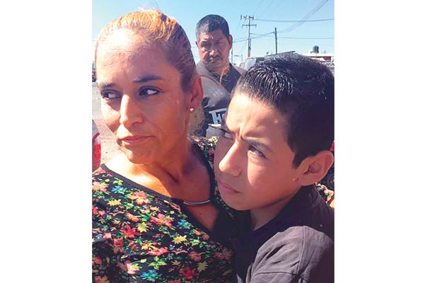 Conmovió encuentro entre mujer y su hijo