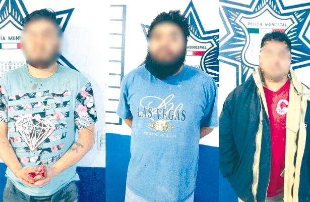 MINUTOS DESPUÉS de que un parroquiano cayera muerto y su acompañante herido, los tres probables responsables fueron capturados. Foto: Sol de Tulancingo.