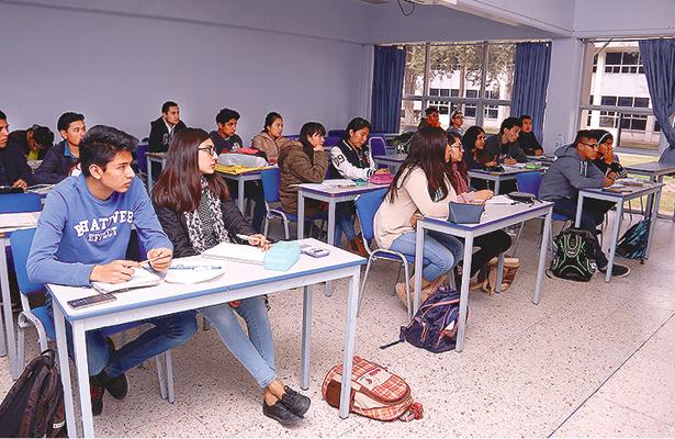 Universitarios regresan a clases