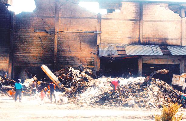 Buscan productos que sirvan donde incendio acabó con una bodega