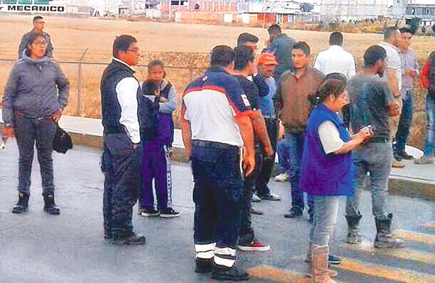 Paramédicos brindaron apoyo ante decenas de curiosos. Foto: Sol de Tulancingo.