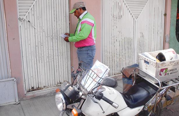 Aún con inconvenientes, carteros cumplen su labor