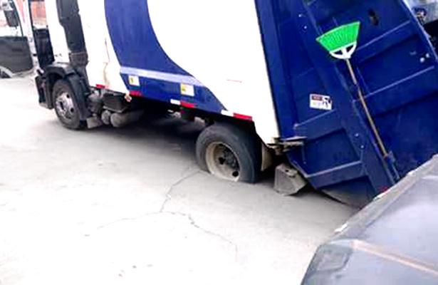 Pesado camión de basura también quedó atorado. Foto: Sol de Tulancingo.