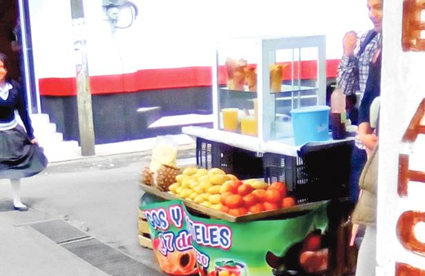 Proliferan vendedores de fruta y aguas frescas