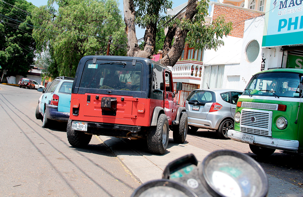 Banquetas, aparcadero de los automovilistas
