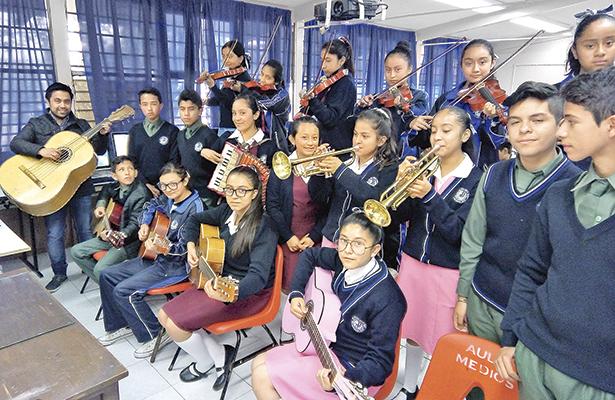 Mariachi y coro de la Secundaria Benito Juárez muestra talento