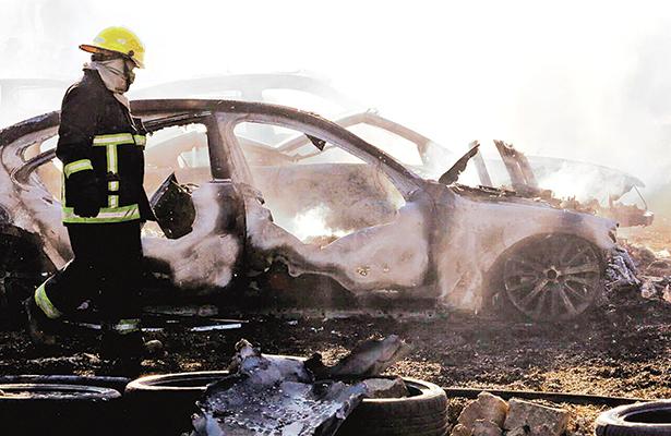Incendio arrasó 30 autos, algunos nuevos