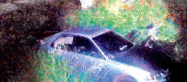 Auto sin freno cayó a canal de aguas negras