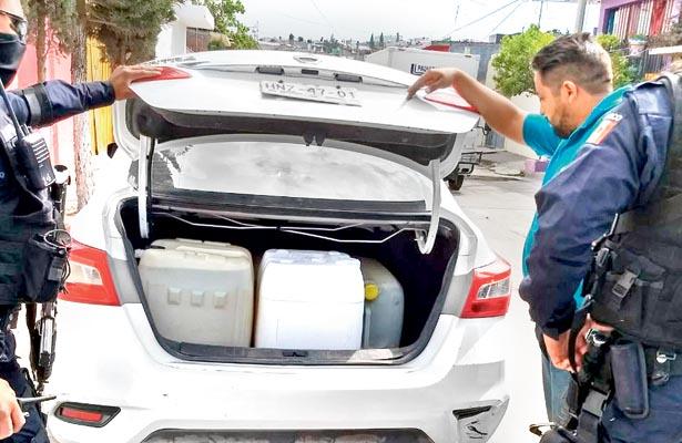 """En la cajuela de este automóvil, otro presunto """"huachicol"""" llevaba garrafones con combustible. Foto: Sol de Tulancingo:"""