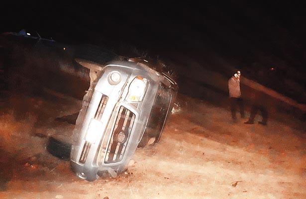 Veloces vuelcan su auto en La Cañada