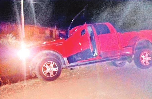Chofer de camioneta pierde control y por poco caen a canal