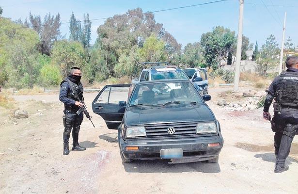 Huyen de los policías y dejan coche robado
