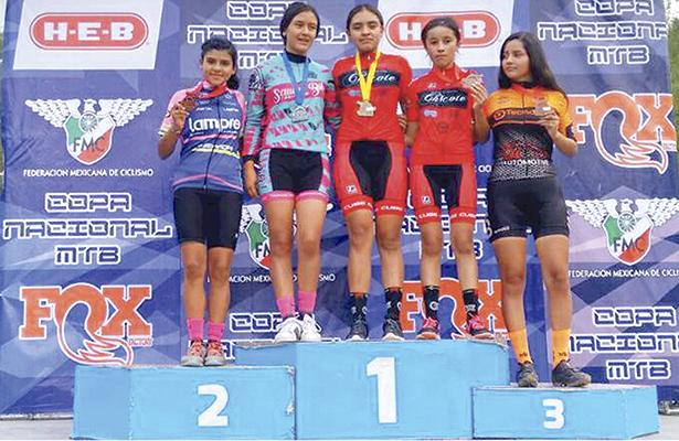 Ciclistas en el podio