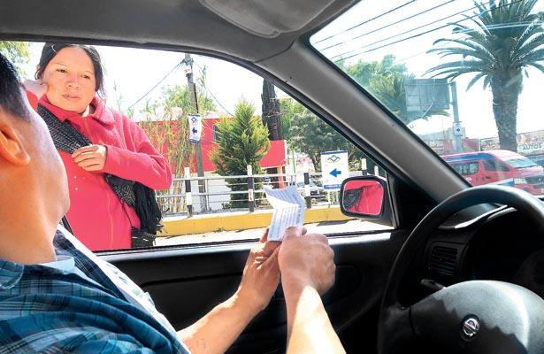 Mujeres piden dinero en bulevares de Tulancingo