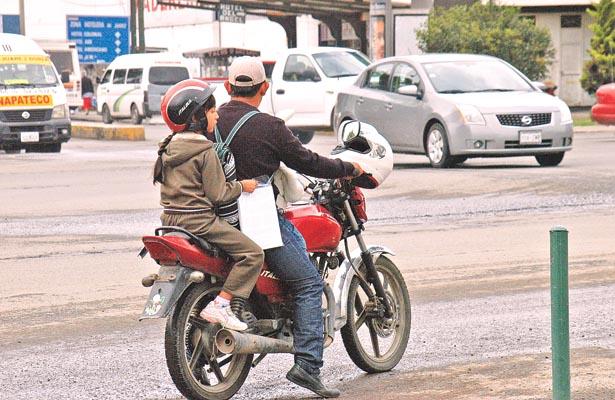 Recurren a bici o moto para llevar a sus hijos a la escuela