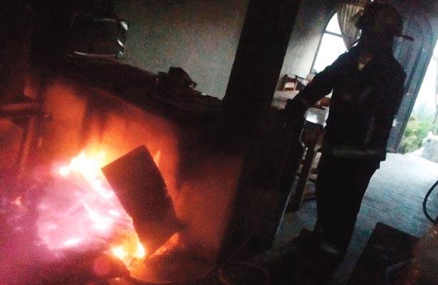 Fuego arrasó con departamento