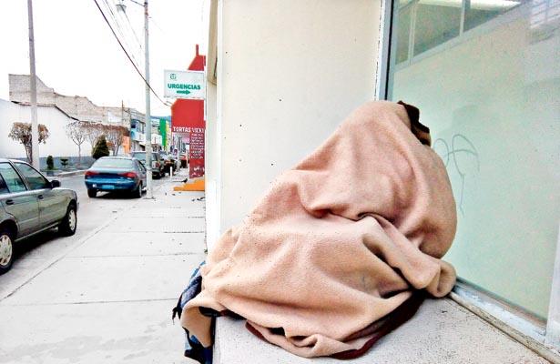 Familiares de enfermos duermen fuera de IMSS