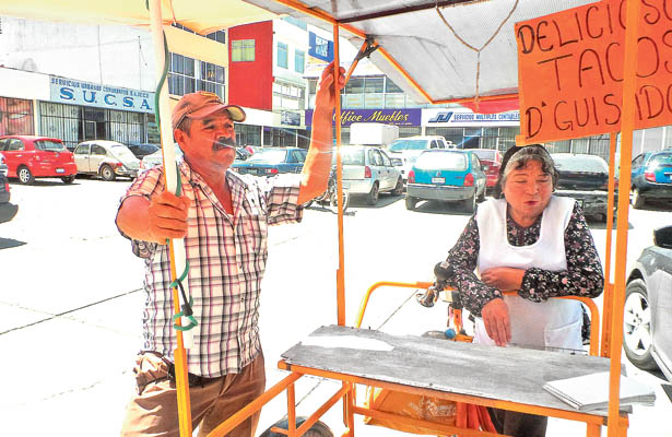 Inspectores de Mercados amenazan con quitarles su mercancía