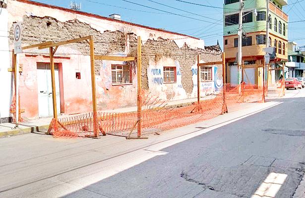 Alertan vecinos de muro deteriorado que podría colapsar; no establecen perímetro preventivo