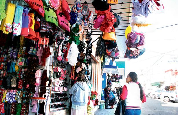 Comerciantes se preparan con mercancía de moda