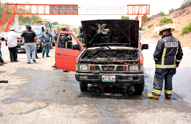 Fuego destrozó pick up cargada de cerdos
