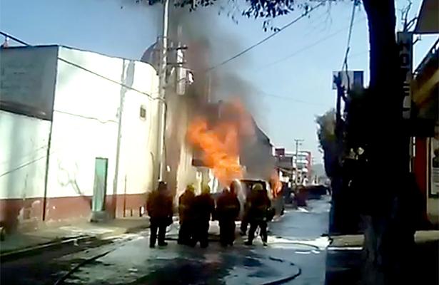 "[Video] Se incendia camioneta con ""huachicol"" en centro Cuautepec"