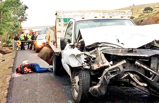 Tráiler embistió dos camionetas