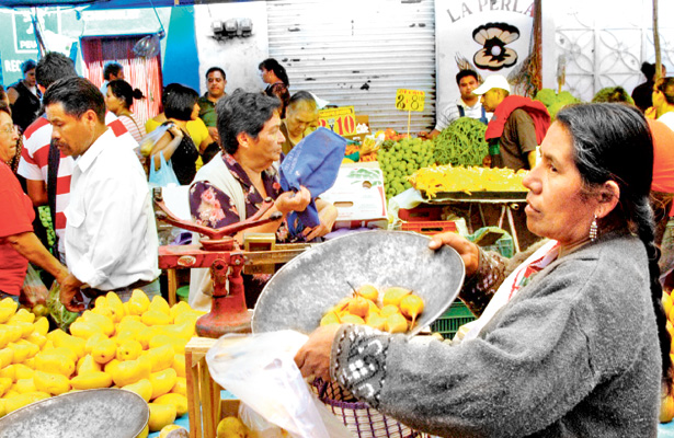 El tradicional tianguis es sostén de más de mil familias
